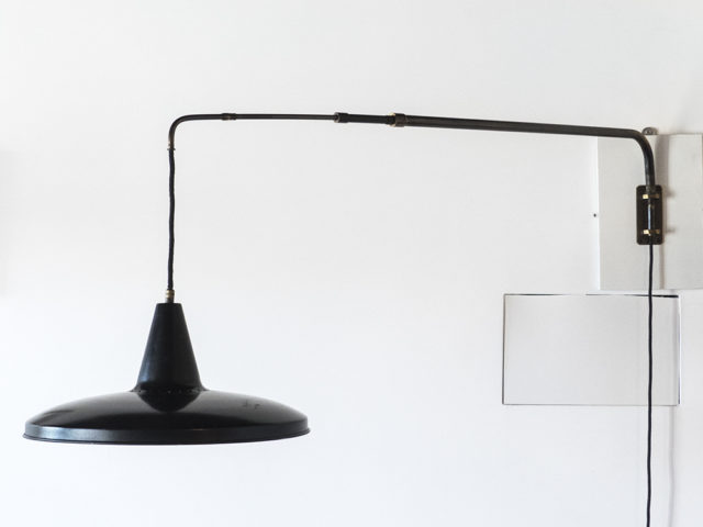 Swiveling telescopic wall lamp