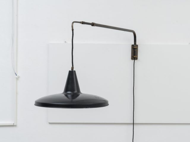 Swiveling extesible wall lamp